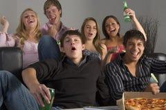 Adolescentes que têm o divertimento e que comem a pizza Fotografia de Stock Royalty Free