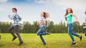 Adolescentes que têm o divertimento no prado vídeos de arquivo