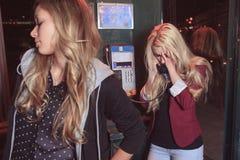 Adolescentes que tienen cierto probleme en la calle Foto de archivo