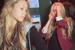 Adolescentes que tienen cierto probleme en la calle Fotografía de archivo libre de regalías