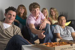 Adolescentes que têm o divertimento e que comem a pizza Imagens de Stock Royalty Free