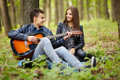 Adolescentes que tocan la guitarra Imágenes de archivo libres de regalías