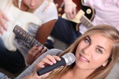 Adolescentes que tocan los instrumentos Fotografía de archivo libre de regalías
