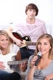 Adolescentes que juegan música Foto de archivo libre de regalías