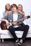 Adolescentes que tocan una guitarra Imagen de archivo