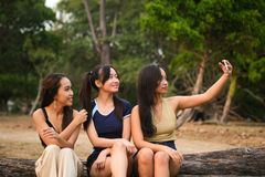 Adolescentes que tomam selfies fotografia de stock
