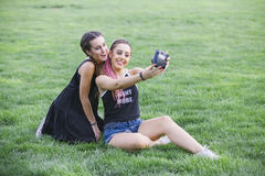 Adolescentes que tomam uma foto aos theirselves Imagem de Stock Royalty Free