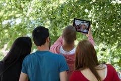 Adolescentes que toman el selfie al aire libre Foto de archivo libre de regalías