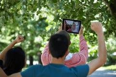 Adolescentes que toman el selfie al aire libre Foto de archivo