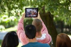 Adolescentes que toman el selfie al aire libre Fotografía de archivo libre de regalías