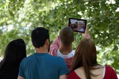 Adolescentes que toman el selfie al aire libre Imagen de archivo libre de regalías