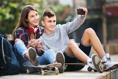 Adolescentes que toman el selfie con smartphone Imagenes de archivo