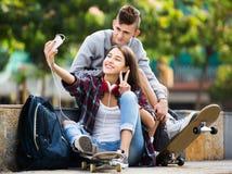 Adolescentes que toman el selfie con smartphone Fotos de archivo
