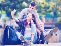 Adolescentes que toman el selfie con smartphone Imágenes de archivo libres de regalías