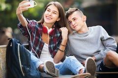 Adolescentes que toman el selfie con smartphone Fotos de archivo libres de regalías