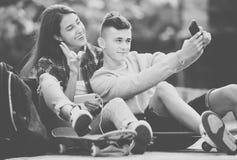 Adolescentes que toman el selfie con smartphone Foto de archivo libre de regalías