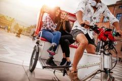 Adolescentes que toman el selfie en paseo del triciclo Imagenes de archivo