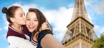 Adolescentes que toman el selfie sobre torre Eiffel Fotos de archivo libres de regalías