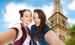Adolescentes que toman el selfie sobre torre Eiffel Imagen de archivo libre de regalías