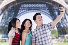 Adolescentes que toman imágenes del uno mismo en París Imagen de archivo libre de regalías