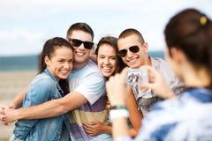 Adolescentes que toman la foto afuera Imágenes de archivo libres de regalías