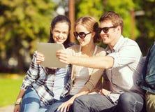 Adolescentes que toman la foto afuera Fotografía de archivo