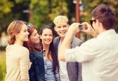 Adolescentes que toman la foto afuera Imagen de archivo libre de regalías