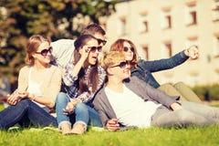 Adolescentes que toman la foto afuera con smartphone Imagenes de archivo