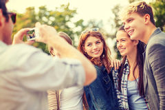 Adolescentes que toman la foto con la cámara digital afuera Imagenes de archivo