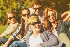 Adolescentes que toman la foto con smartphone afuera Imagen de archivo libre de regalías