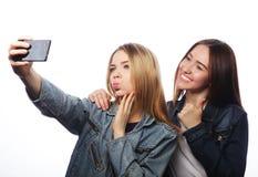 Adolescentes que toman la imagen con smartphone Fotografía de archivo libre de regalías