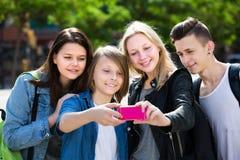 Adolescentes que toman la imagen móvil del uno mismo Fotos de archivo