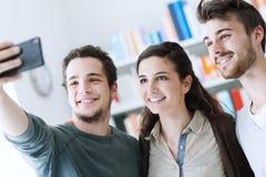 Adolescentes que toman selfies con un teléfono móvil Imagen de archivo