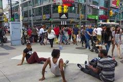 Adolescentes que toman una rotura después de bailar Imagen de archivo libre de regalías