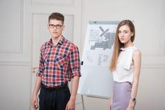 Adolescentes que trabajan en el dibujo descriptivo Imágenes de archivo libres de regalías