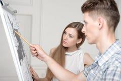 Adolescentes que trabajan en el dibujo descriptivo Fotografía de archivo