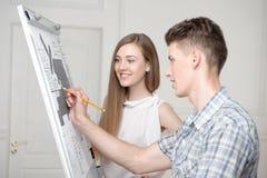 Adolescentes que trabajan en el dibujo descriptivo Fotos de archivo