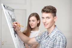 Adolescentes que trabajan en el dibujo descriptivo Foto de archivo libre de regalías