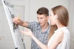 Adolescentes que trabajan en el dibujo descriptivo Fotografía de archivo libre de regalías