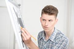 Adolescentes que trabajan en el dibujo descriptivo Imagen de archivo