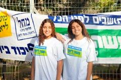 Adolescentes que trabajan en la parada de la elección Fotografía de archivo