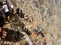 Adolescentes que trekking abaixo de uma montanha Fotos de Stock