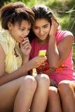 Adolescentes que usan el teléfono Imagenes de archivo
