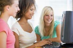 Adolescentes que usan la computadora de escritorio Fotografía de archivo libre de regalías