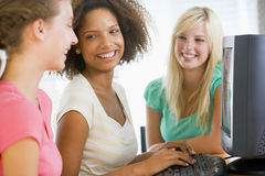 Adolescentes que usan la computadora de escritorio Imagen de archivo