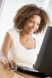 Adolescentes que usan la computadora de escritorio Foto de archivo libre de regalías