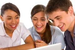 Adolescentes que usan la computadora portátil Fotografía de archivo libre de regalías