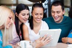 Adolescentes que usan la tableta digital Fotografía de archivo