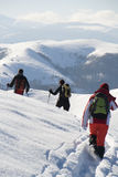 Adolescentes que van de excursión en invierno Foto de archivo libre de regalías