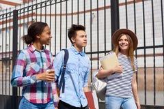 Adolescentes que van a la escuela imágenes de archivo libres de regalías